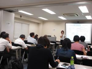 所得税計算の説明をする山田講師
